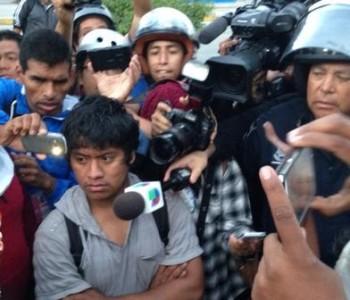 Agrede Policía Federal a estudiantes y familiares de desaparecidos de Ayotzinapa durante la preparación de jornada cultural