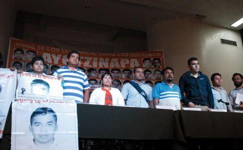 Familiares de los 43 estudiantes de Ayotzinapa desaparecidos lamentan que la PGR pretenda cerrar la investigación